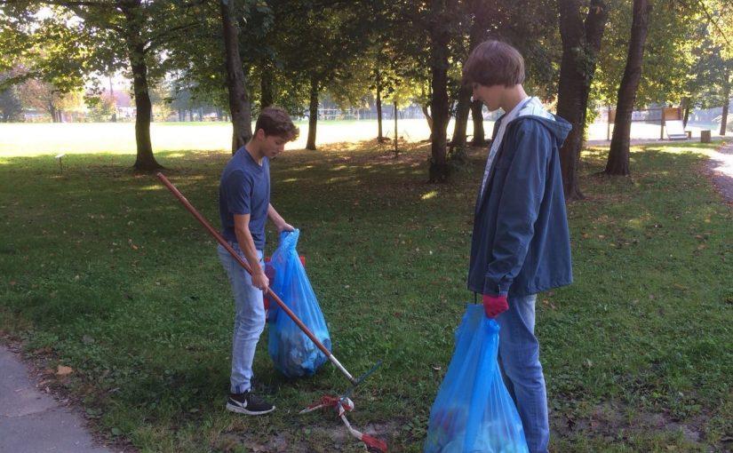 """""""Ramadama"""" im Stadthallenpark – Mitglieder des Rotaract Clubs Deggendorf säubern den Stadtpark"""